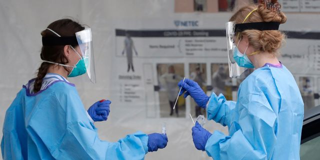 Två sjukvårdare i Miami. Wilfredo Lee / TT NYHETSBYRÅN