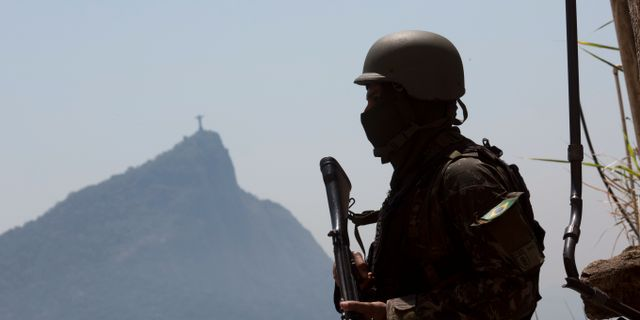 Illustrationsbild. En soldat står vakt i Rio de Janeiro.  Silvia Izquierdo / TT / NTB Scanpix