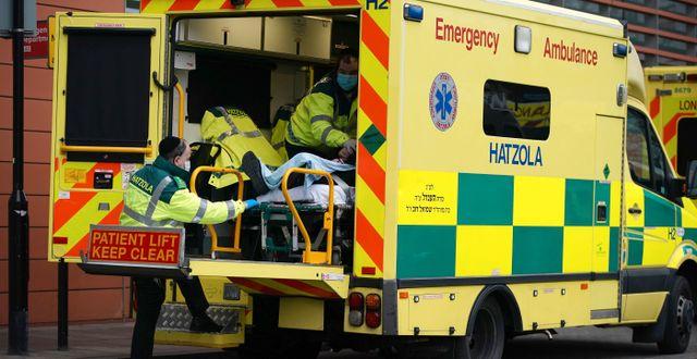 Ambulans i London transporterar en covid-patient. Aaron Chown / TT NYHETSBYRÅN