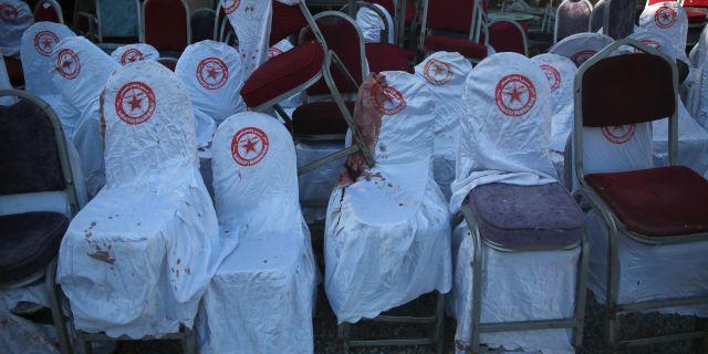 Stolar med boldstänk, från den bröllopsfest som attackerades.  Rafiq Maqbool / TT NYHETSBYRÅN/ NTB Scanpix