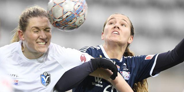 Växjös Jennie Nordin i duell med Emma Lennartsson under söndagens damallsvenska fotbollsmatch. Mikael Fritzon/TT / TT NYHETSBYRÅN