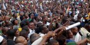 Bemba-anhängare samlade utanför hans hus under stridigheterna 2006 JOHN BOMPENGO / TT / NTB Scanpix