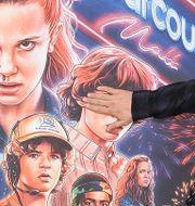 David Harbour, som spelar Hopper, framför en plansch med övriga av seriens stjärnor. Richard Shotwell / TT NYHETSBYRÅN