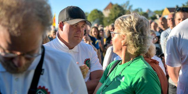 Anette, i grön tröja, ställde sig i protest mitt bland nazisterna. Henrik Montgomery/TT / TT NYHETSBYRÅN