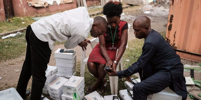 Utrustningen testas inför helgens val. YASUYOSHI CHIBA / AFP