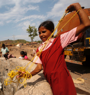 Somaliska flyktingar/flicka i Indien vid en brunn. TT