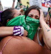 Aktivister som gråter glädjetårar efter beslutet.  Natacha Pisarenko / TT NYHETSBYRÅN