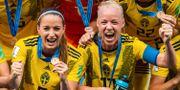 Kosovare Asllani och Caroline Seger jublar med bronsmedaljerna. SIMON HASTEGÅRD / BILDBYRÅN