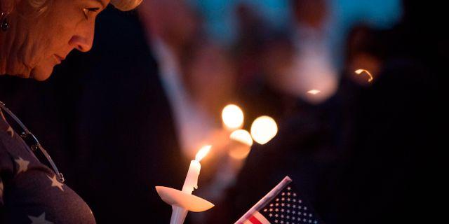 Ljusmanifestation till minne av offren. ROBYN BECK / AFP