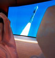 Anställda på Mohammed bin Rashid Space Center bevittnar uppskjutningen. Jon Gambrell / TT NYHETSBYRÅN