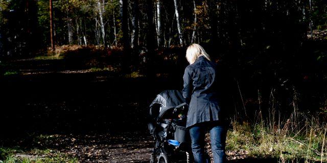 Barnvagnspromenad.  PONTUS LUNDAHL / TT / TT NYHETSBYRÅN