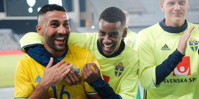 Sveriges Saman Ghoddos och Alexander Isak jublar efter seger med 6-0 under torsdagens fotbollslandskamp. Adam Ihse/TT / TT NYHETSBYRÅN
