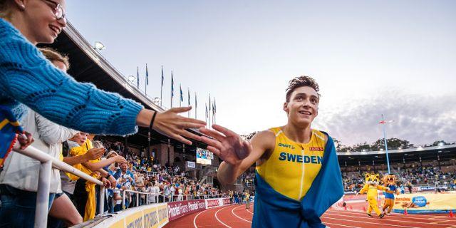 Duplantis springer ett ärevarv på Stadion. JESPER ZERMAN / BILDBYRÅN