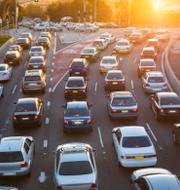 Uppvärmningen av kontoret och bilköerna – två frågor att ta i beaktande för den som funderar på om det är klimatsmart att flytta hem kontoret. Shutterstock