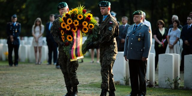 Kransnedläggning vid offrens gravar i Wielun i Polen. Markus Schreiber / TT NYHETSBYRÅN