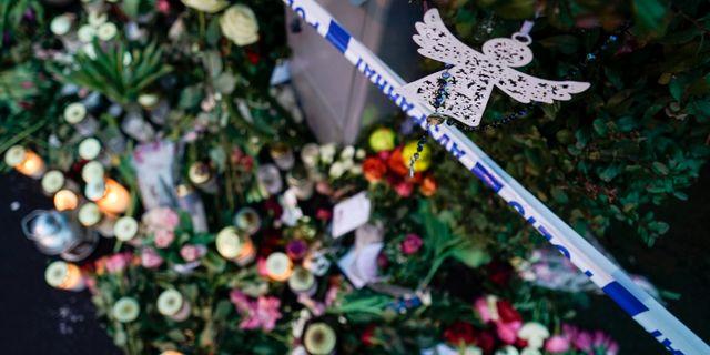 Blommor och ljus utanför villan i Bjärred. Johan Nilsson/TT / TT NYHETSBYRÅN