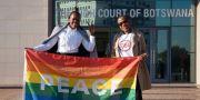 Aktivister jublar utanför domstolen. TSHEKISO TEBALO / AFP