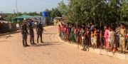 Säkerhetspersonal informerar om viruset i ett flyktingläger SUZAUDDIN RUBEL / TT NYHETSBYRÅN