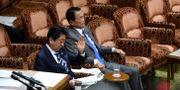 Japans premiärminister Shinzo Abe och finansminister Taro Aso i parlamentets överhus på måndagen. KAZUHIRO NOGI / AFP