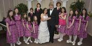 Paret Louise och David Turpin tillsammans med sina barn. Foto som familjen publicerat på Facebook.