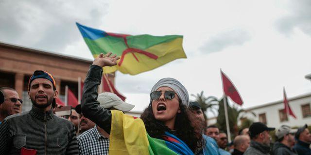 Den berbiska flagga hissas av demonstranter under en protestaktion i Marocko i april. Mosa'ab Elshamy / TT NYHETSBYRÅN