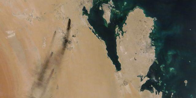 En bild från Nasa visar bränderna efter attackerna mot oljeanläggningarna i helgen.  HANDOUT / NASA Worldview