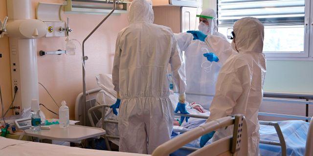 Italienska läkare tar hand om en patient. MIGUEL MEDINA / TT NYHETSBYRÅN