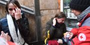 Två aktivister tas omhand av sjukvårdare. SERGEI SUPINSKY / AFP
