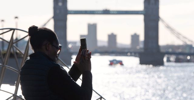 En kvinna fotograferar Tower Bridge i London. Dominic Lipinski / TT NYHETSBYRÅN