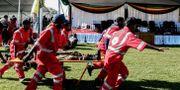 En skadad person förs i väg på bår efter explosionen i Zimbabwe.  KEN MAUR / AFP