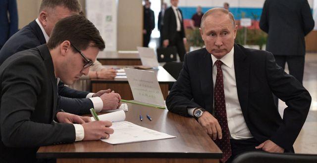 Rysslands president Vladimir Putin på ett valkontor i Ryssland.  SPUTNIK / TT NYHETSBYRÅN