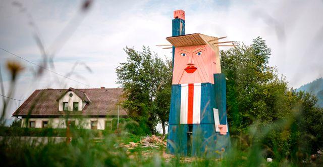 En trästruktur föreställande Donald Trump i Slovenien. JURE MAKOVEC / AFP