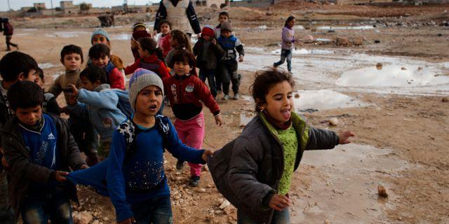 Arkivbild: Syriska barn leker i en by utanför Aleppo i december 2016. Hassan Ammar / TT / NTB Scanpix