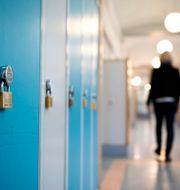 Person som går i en skolkorridor. Arkivbild.  JESSICA GOW / TT / TT NYHETSBYRÅN