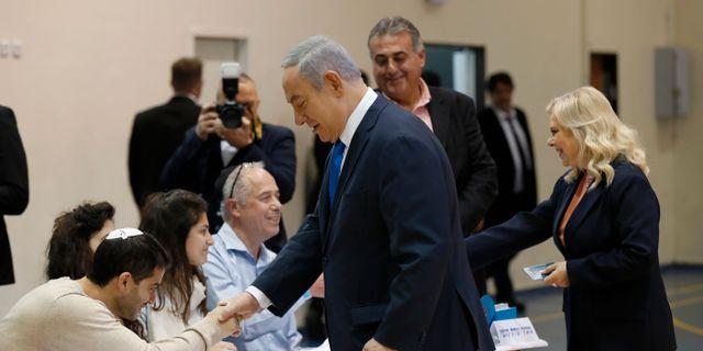 Benjamin Netanyahu och hans fru Sara Netanyahu röstar i valet.  Atef Safadi / TT NYHETSBYRÅN