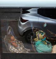 En man och en kvinna med ansiktsmasker åker buss i storstaden Casablanca i Marocko den 18 juni. Abdeljalil Bounhar / TT NYHETSBYRÅN