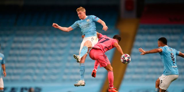 Manchester City's Kevin De Bruyne och  Real Madrid's Lucas Vazquez fajtas om bollen.  Nick Potts / TT NYHETSBYRÅN