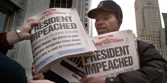 Arkivbild: Tidningsförsäljare efter riksrättsåtalet mot Bill Clinton. Michael S Green / TT NYHETSBYRÅN/ NTB Scanpix