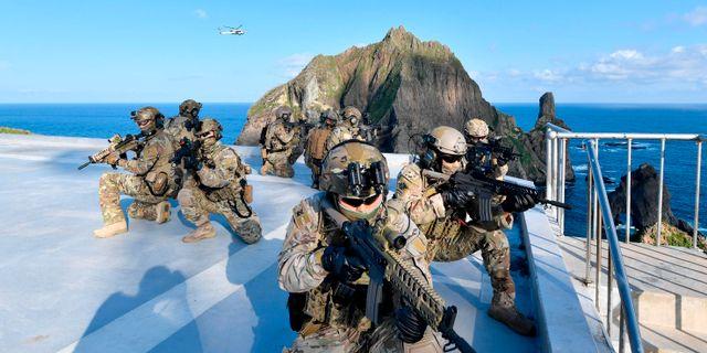 Sydkoreanska soldater i en övning.  TT NYHETSBYRÅN