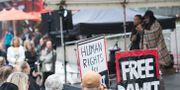 Arkivbild: Den svensk-eritreanske journalisten Dawit Isaak hedrades under en manifestation på Sergels torg i Stockholm 2015. I bakgrunden ses döttrarna Betlehem och Danait Isaak hålla tal.  Fredrik Sandberg/TT / TT NYHETSBYRÅN