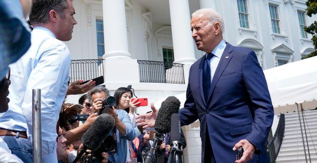 Joe Biden talar med reportrar på fredagen. Susan Walsh / TT NYHETSBYRÅN