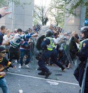 Vancouverfans attackerar polisen/Boston lyfter bucklan. TT