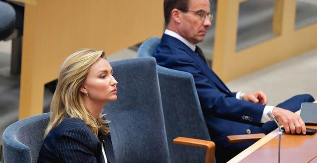 Ebba Busch i riksdagen, Ulf Kristersson i bakgrunden.  Jessica Gow/TT / TT NYHETSBYRÅN