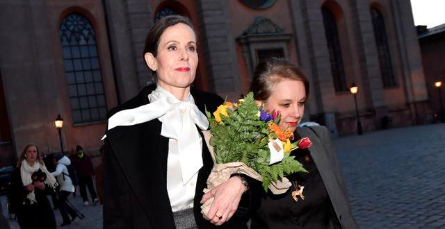 Sara Danius lämnar dagens möte tillsammans med Sara Stridsberg, iförd just knytblus. TT NEWS AGENCY / TT NYHETSBYRÅN