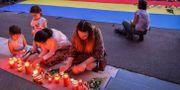 Folk tänder ljus till Alexandras minne.  DANIEL MIHAILESCU / AFP