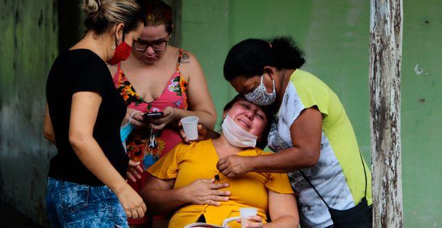 Kvinnor sörjer dödsoffer i Brasilien.  Edmar Barros / TT NYHETSBYRÅN