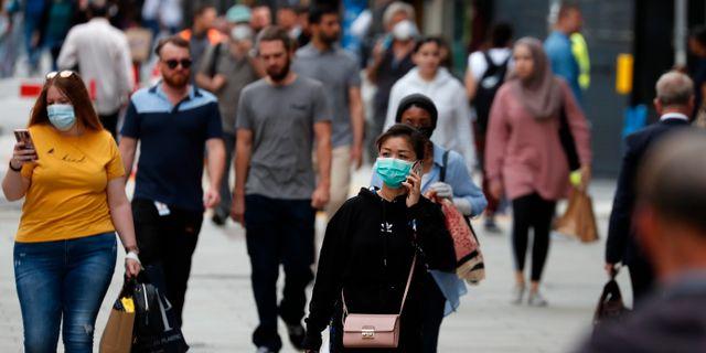 Människor promenerar längs Oxford Street i London. Frank Augstein / TT NYHETSBYRÅN