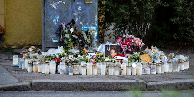 Arkivbild av blommor och ljus vid platsen där Karolin Hakim sköts.  Johan Nilsson/TT / TT NYHETSBYRÅN