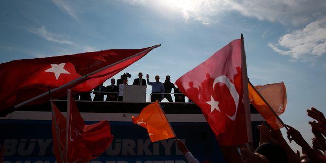 Anhängare till det regerande AKP-partiet, arkivbild. Recep Tayyip Erdogan håller tal. Lefteris Pitarakis / TT / NTB Scanpix