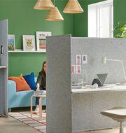 För att få ner ljudnivån behöver man dela in kontoret i olika zoner. Det finns olika skärmar som stoppar ljud som kan användas för det. © Inter IKEA Systems B.V. 2020.